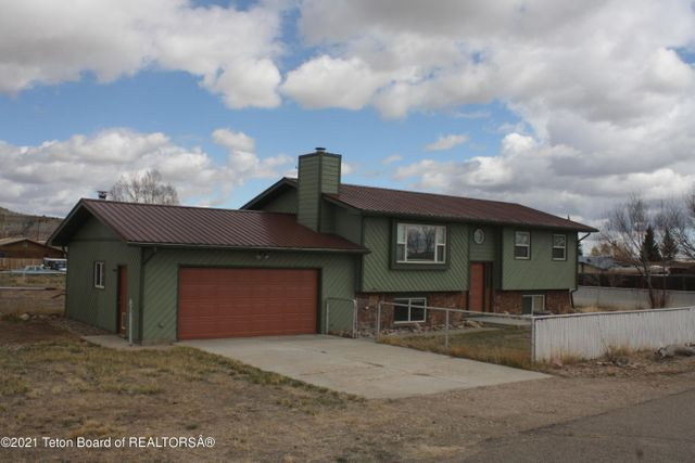 Listing photo 1 for 723 W Valley Rd