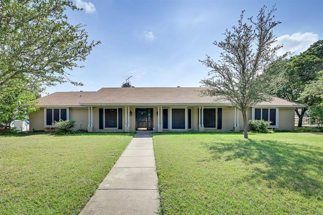 Property photo 1 featured at 909 Oakmont Ln N, Fort Worth, TX 76112