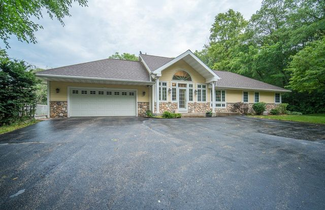 Listing photo 1 for W399S3911 Fox Hill Dr
