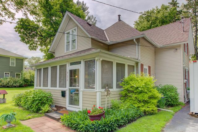 Listing photo 1 for 711 Anderson St W