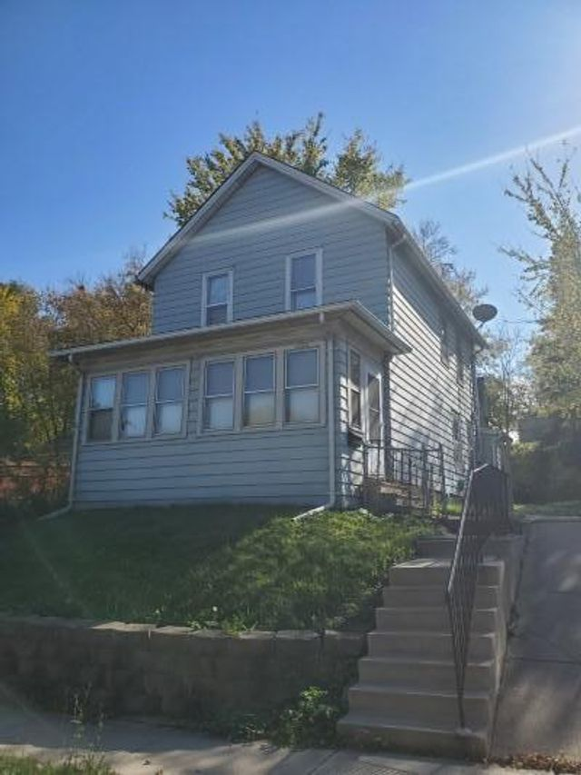 Listing photo 1 for 1022 6th St E