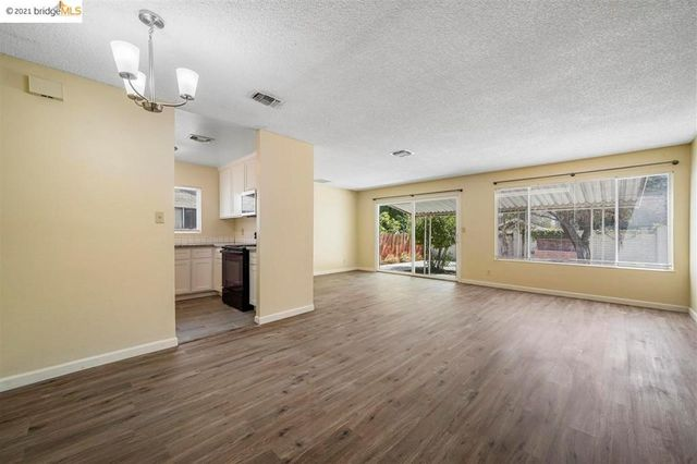 Listing photo 1 for 2200 Chester Dr