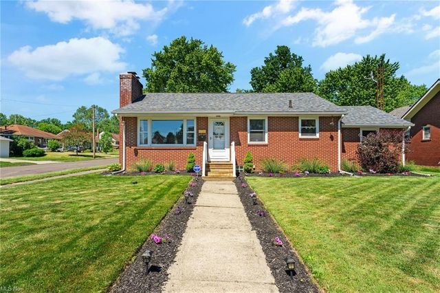 Listing photo 1 for 1735 Parkway Blvd