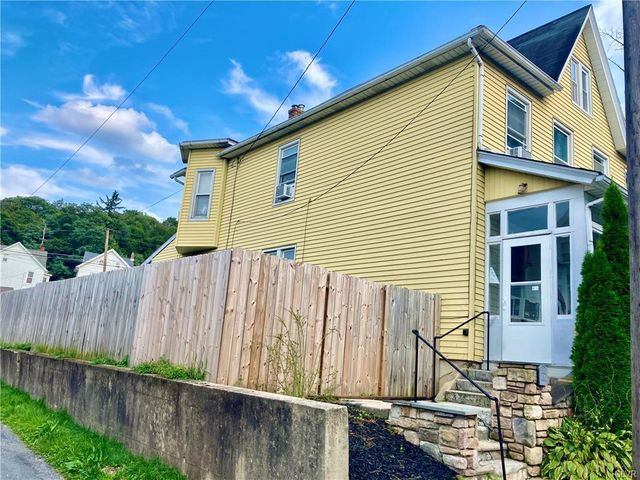 Listing photo 1 for 419 4th St